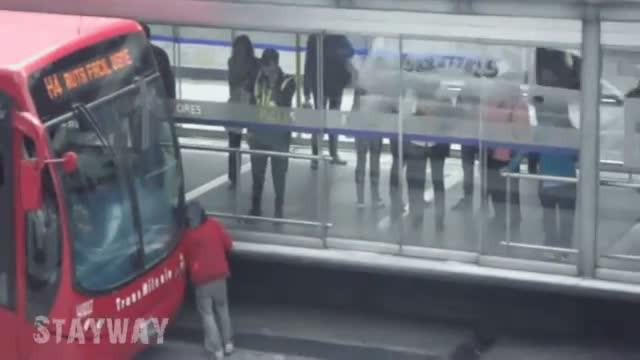 Crazy homeless woman vs bus !!!!!   PopScreen