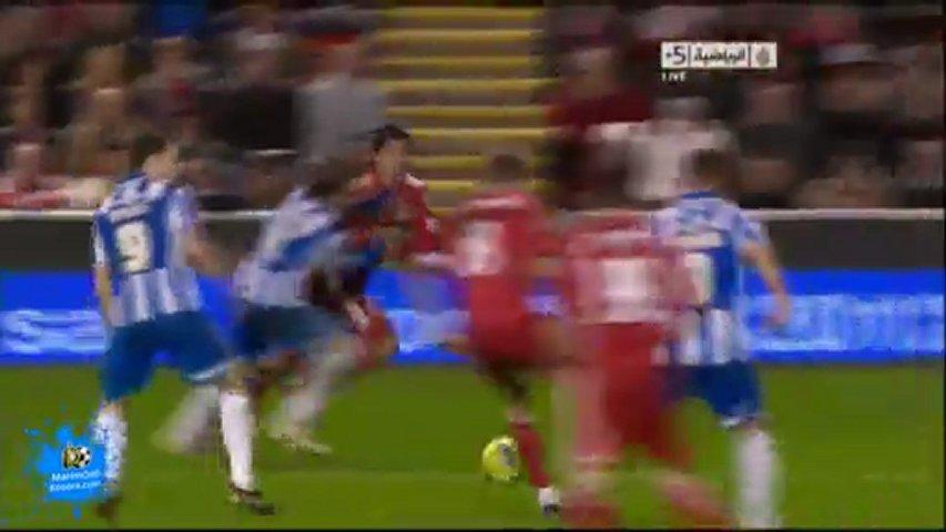 キーパーが弾いたボールを2トラップで自殺点。リフティングしてるように見える。